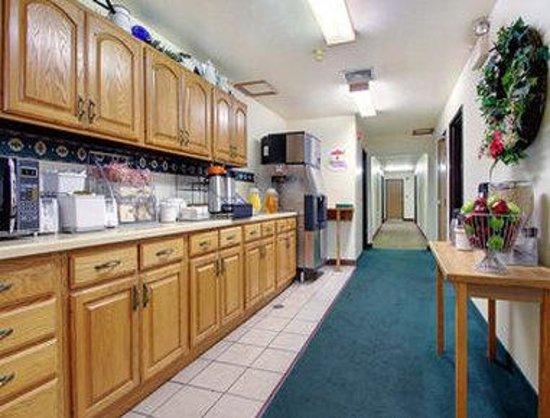 Super 8 Shawano: Breakfast Area