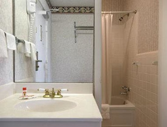Super 8 Williamsburg/Colonial Area: Bathroom