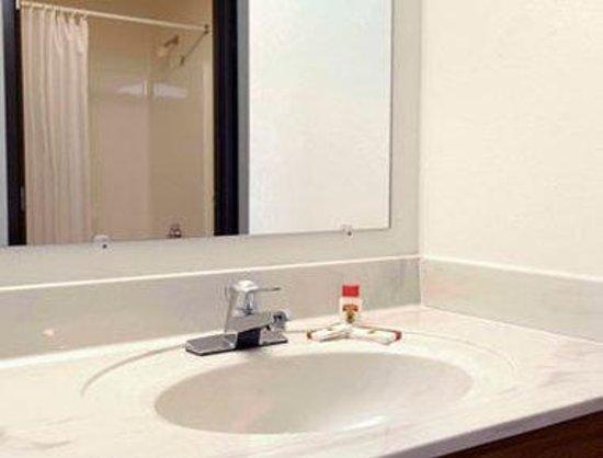 Super 8 Columbus: Bathroom