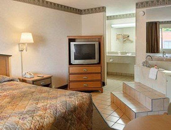 Super 8 Charlotte Downtown Area: Jacuzzi Suite