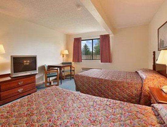 Super 8 Winterset: Standard Two Queen Bed Room