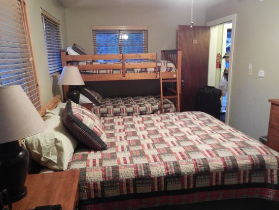 Montecito Sequoia Lodge: Our room...perfect for two people