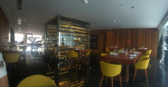 Sucas: Vista de la sala con la vinoteca central