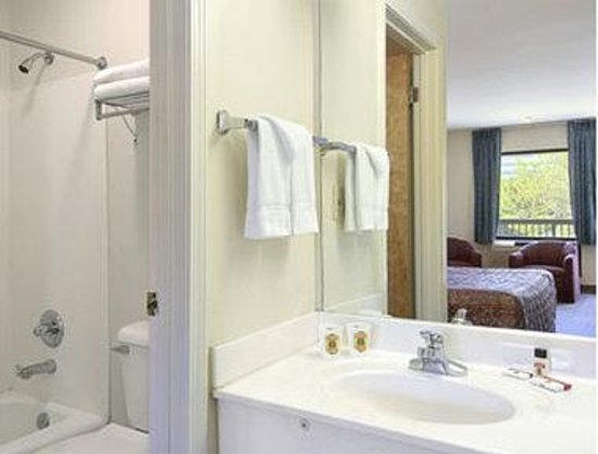 Super 8 Marietta/West/ATL Area: Bathroom