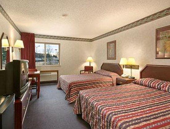 Super 8 El Dorado: Two Queen Bed Room with MicroFridge