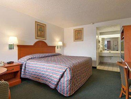 Super 8 Ft. Pierce : Standard King Bed Room