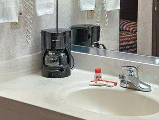Super 8 El Dorado: Bathroom
