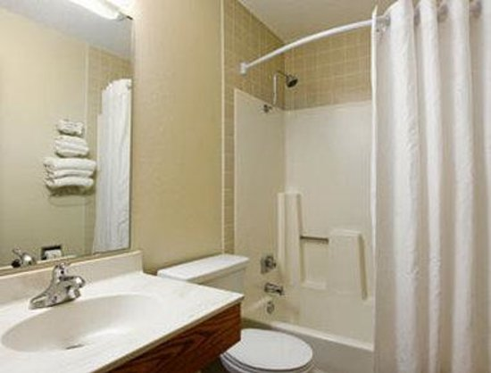 Super 8 Grand Rapids: Bathroom