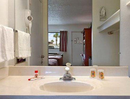 Super 8 Ft. Pierce : Bathroom