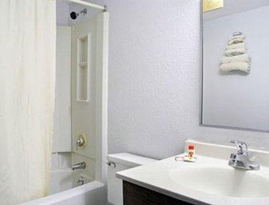 Super 8 Danbury: Bathroom