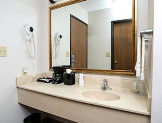 Super 8 Grand Island: Bathroom