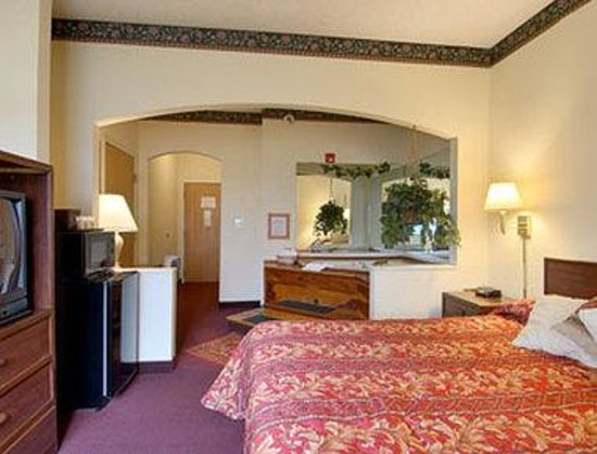 Super 8 Duson Lafayette West Area: Jacuzzi Suite with MicroFridge
