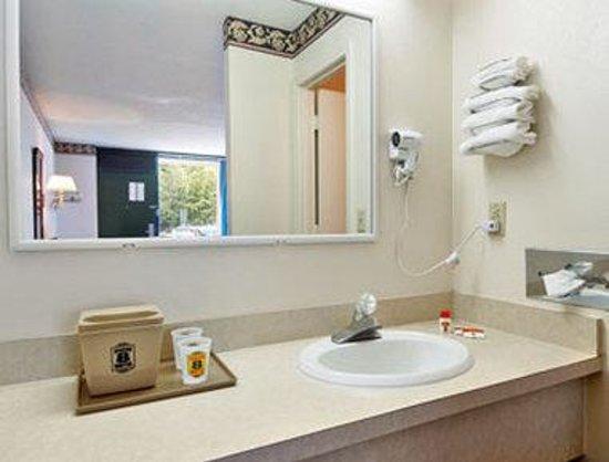 Super 8 Marion NC : Bathroom