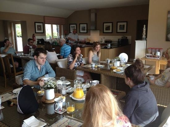 Dulas Bay B&B : lovely and relaxed breakfast cooked by Paul