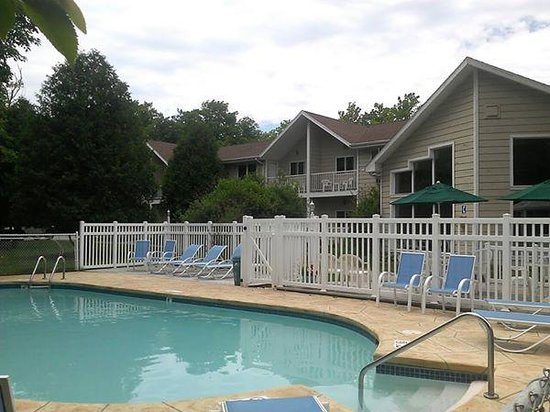 Somerset Inn & Suites : Outdoor Pool and Hotel