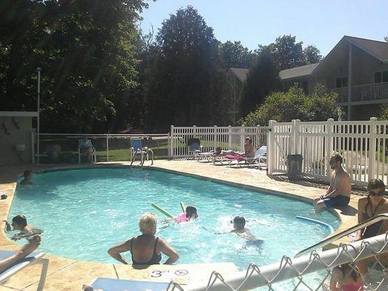 Somerset Inn & Suites: Outdoor Pool with Guests