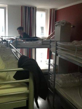 ONE80 Hostels Berlin : cramped rooms