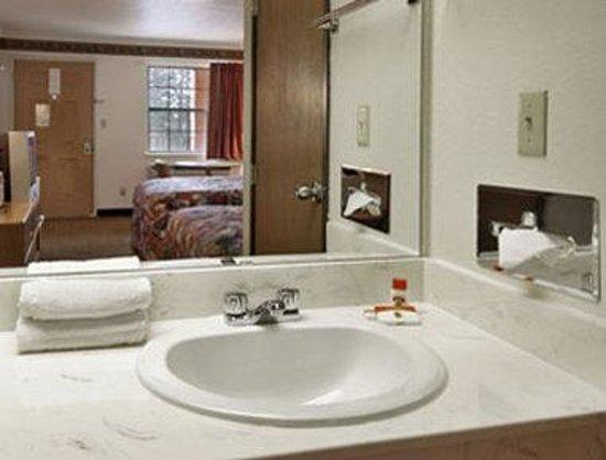 Super 8 Mount Vernon: Bathroom
