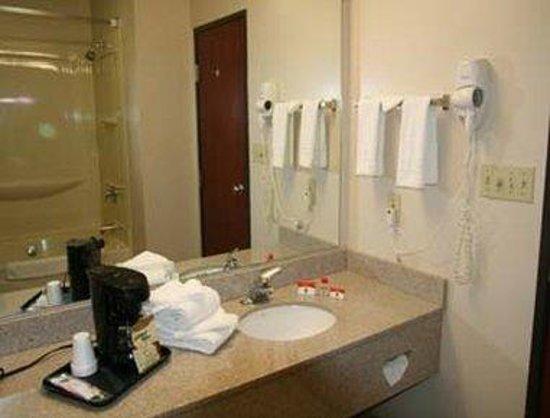 Super 8 Shepherdsville : Bathroom