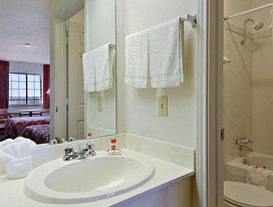 Super 8 Terrell: Bathroom