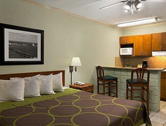 Super 8 South Padre Island: Standard King Bed Room with Kitchenette
