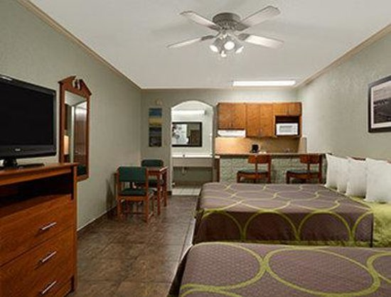 Super 8 South Padre Island : Standard Two Queen Bed Room With Kitchenette