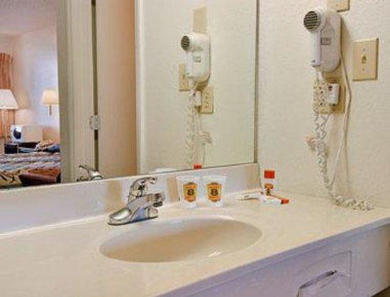 Super 8 Durham/University Area NC: Bathroom