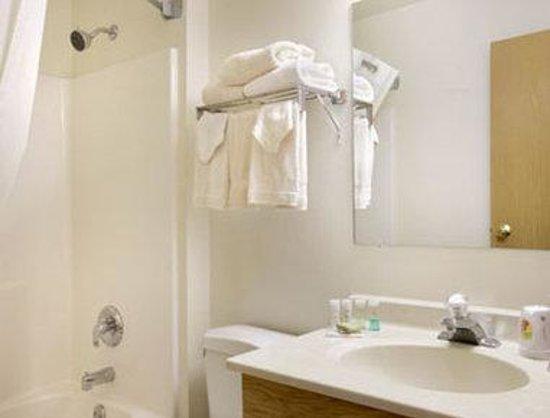 Super 8 West Middlesex/Sharon Area: Bathroom