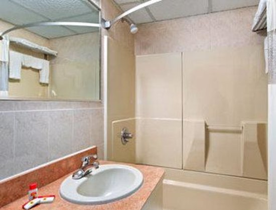 Super 8 North Bergen NJ/NYC Area : Bathroom