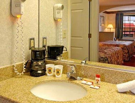 Super 8 Murfreesboro: Bathroom