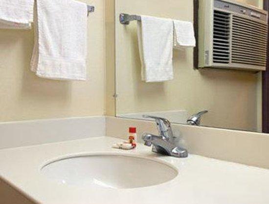Super 8 Marysville/Yuba City Area: Bathroom