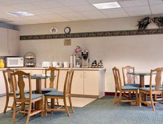 Super 8 Chambersburg / Scotland Area: Breakfast Area