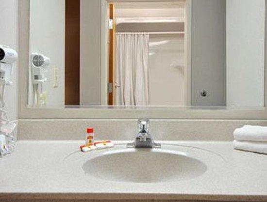 Super 8 Chambersburg / Scotland Area: Bathroom