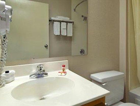 Super 8 N. Myrtle Beach/Cherry Grove: Bathroom