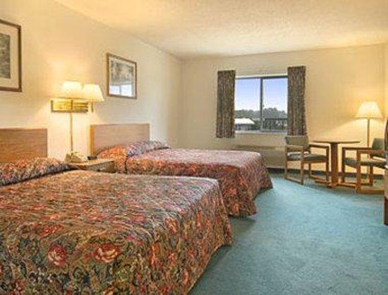 Super 8 Greenville: Standard Two Queen Bed Room