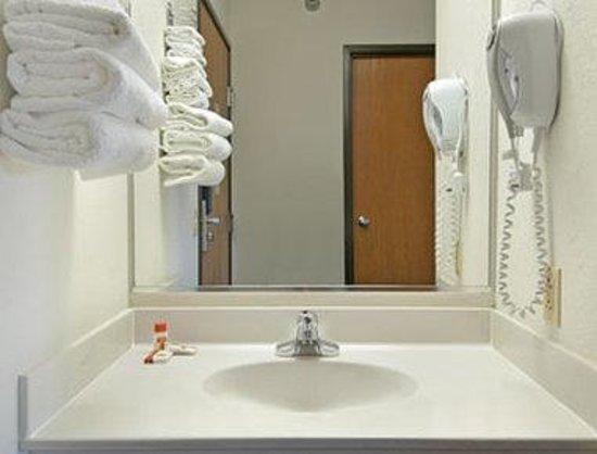 Super 8 Greenville: Bathroom