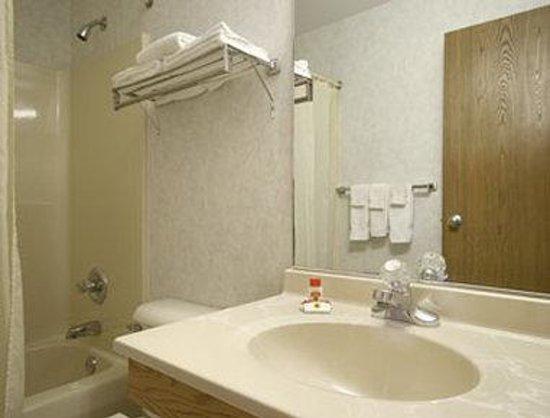 Super 8 Chillicothe: Bathroom
