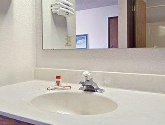 Super 8 Beaver Dam: Bathroom