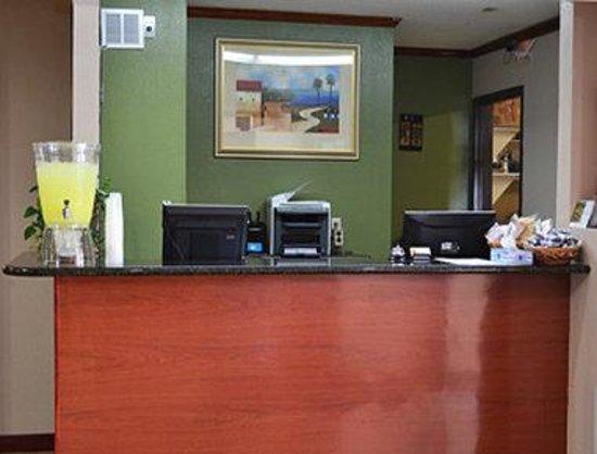 Super 8 Tilton/Lake Winnipesaukee : Front Desk