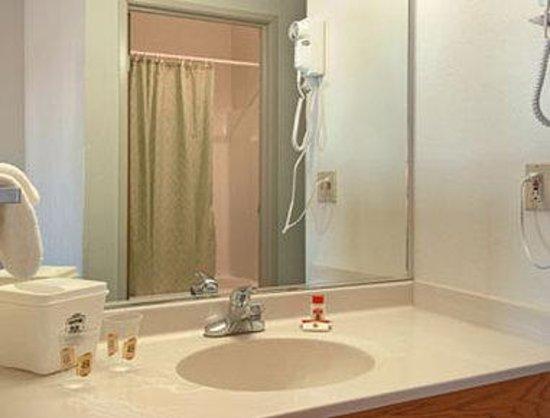Super 8 Willcox : Bathroom