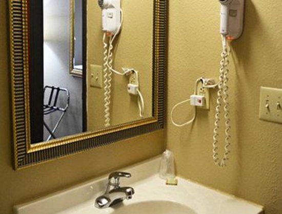 Super 8 Tilton/Lake Winnipesaukee : Bathroom