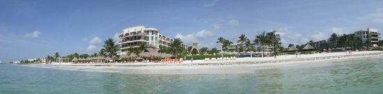 Dreams Riviera Cancun Resort & Spa : View of hotel from the beach