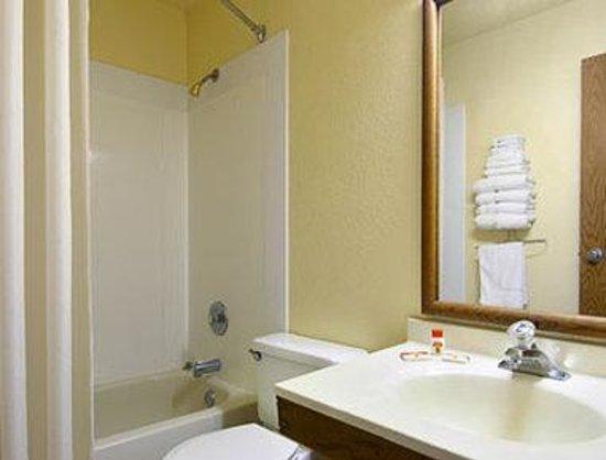 Super 8 Waldorf : Bathroom