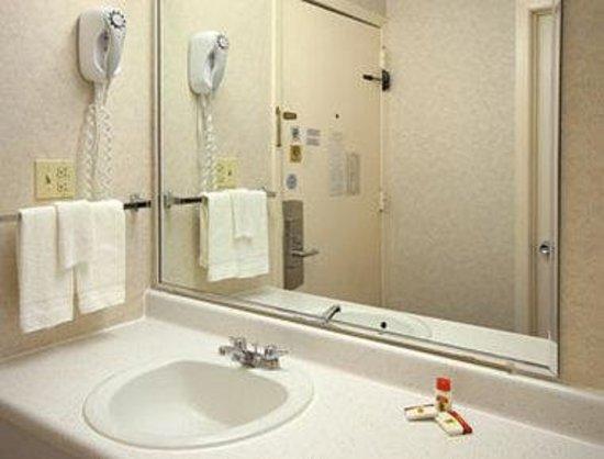 Super 8 Carlisle North : Bathroom