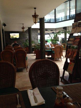 Sarova Stanley : restaurant downstairs-breakfast