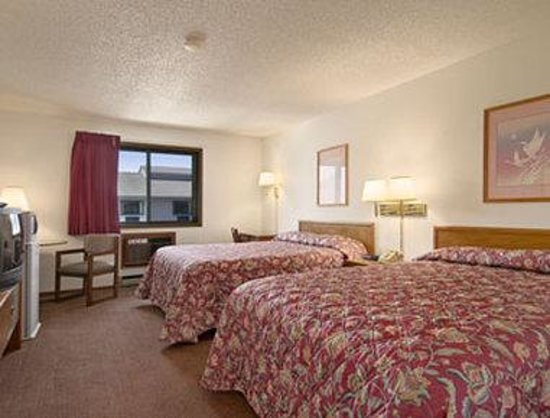 Super 8 Hartford WI: Standard Two Queen Bed Room