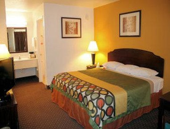 Super 8 New Braunfels TX: Standard One King Bed Room