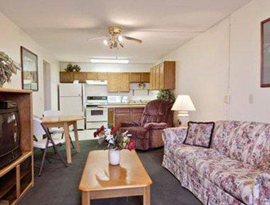 Super 8 Lexington: Two Queen Bed Suite