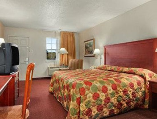 Super 8 Monroe West: Standard King Bed Room