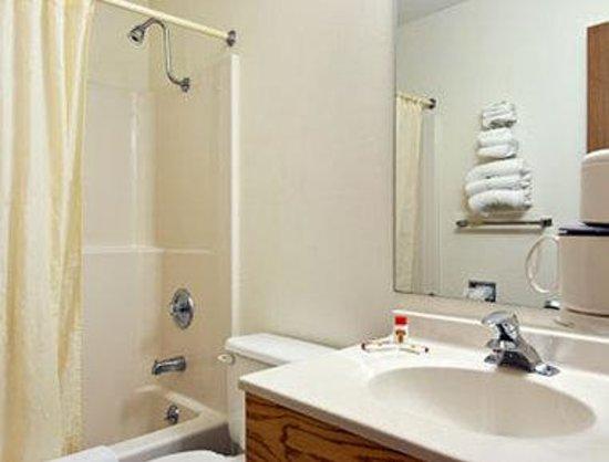 Super 8 Lexington: Bathroom